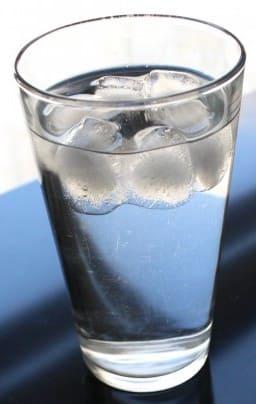 水に浮かぶ氷