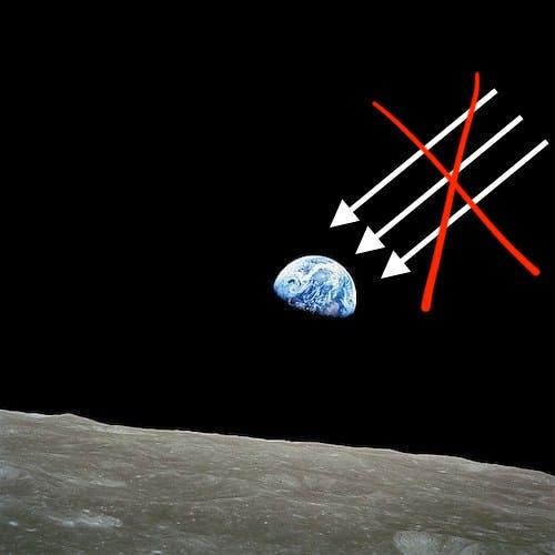 真っ暗な宇宙と地球の出