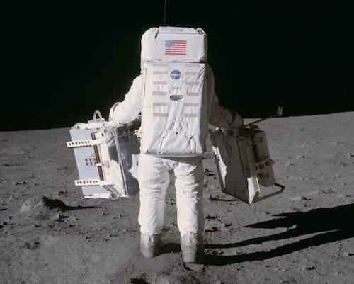 鏡を設置するアポロ11号の宇宙飛行士