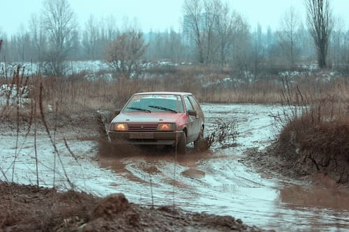 沼地を走る車