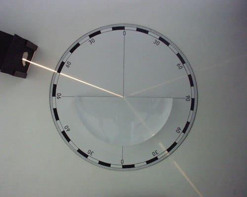 半円ガラスを通る光