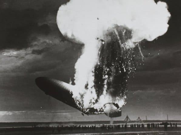 墜落するヒンデンブルク号