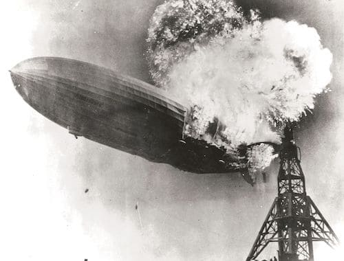 爆発するヒンデンブルク号