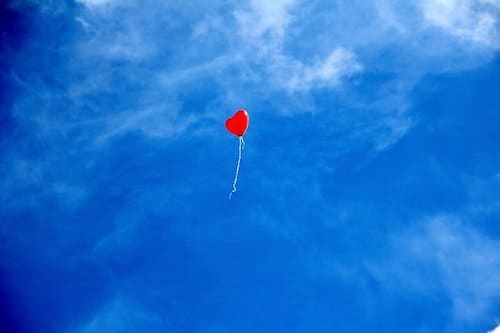 空に上る風船