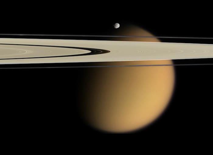 カッシーニが撮影した、土星の環とエピメテウスとタイタン