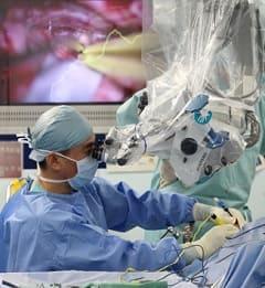 外科に使う手術用顕微鏡